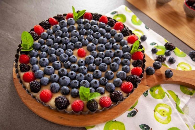 Tarta z owoców leśnych z budyniem na spodzie z herbatników /materiały prasowe
