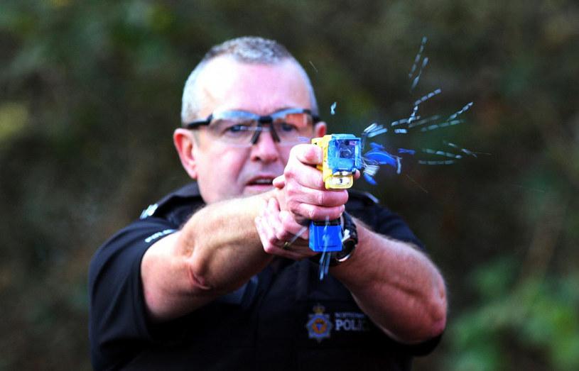 Taser - kolejna kontrowersyjna broń stosowana przez służby /Getty Images