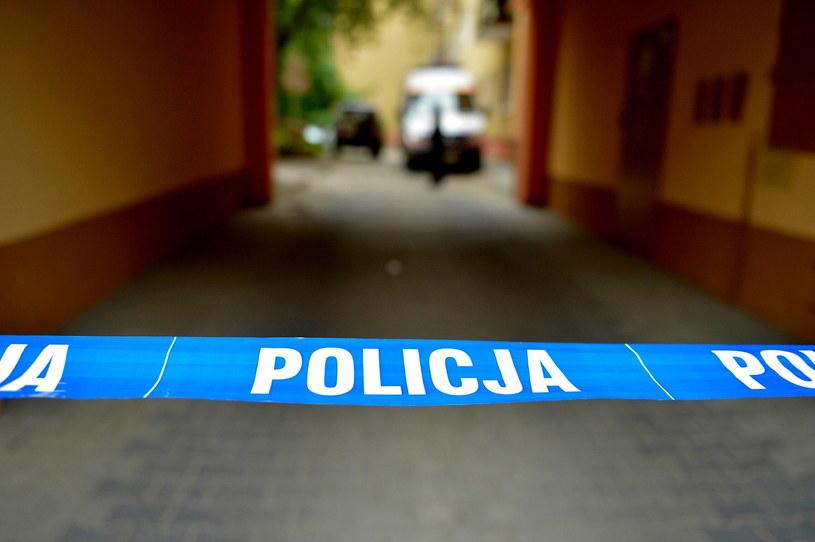 Taśma policyjna przed blokiem przy ul. Kościuszki w Jaśle /Darek Delmanowicz /PAP