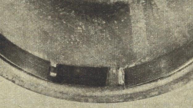 Taśma stalowa umieszczona w miejscu celuloidowej szyby do oświetlenia tarczy uniemożliwia wprowadzenie pręta do zmiany stanu licznika. /Motor