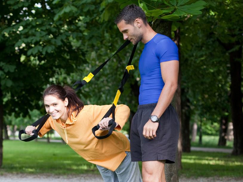 Taśmy łatwo przymocować do drzewa w parku czy ogrodzie /123RF/PICSEL