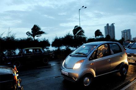 Tata nano na Mumbai Road /AFP
