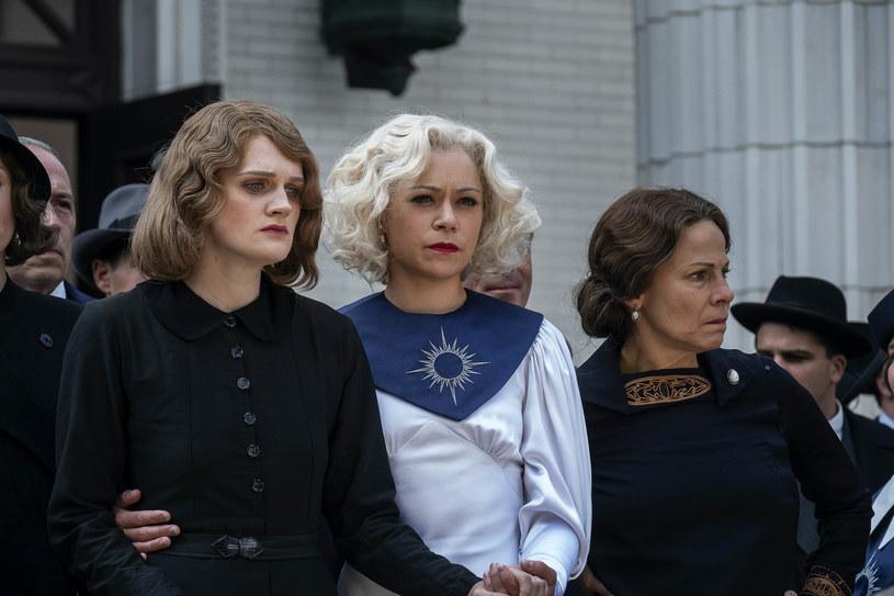 """Tatiana Maslany (C) w scenie z serialu """"Perry Mason"""" /HBO / Planet /Agencja FORUM"""