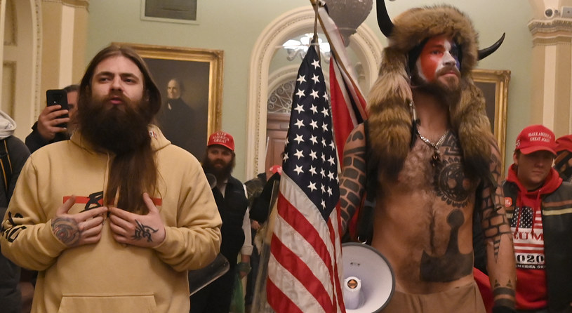 Tatuaż na lewej dłoni mężczyzny, który wdarł się do Kapitolu pochodzi z popularnej gry Dishonored /AFP