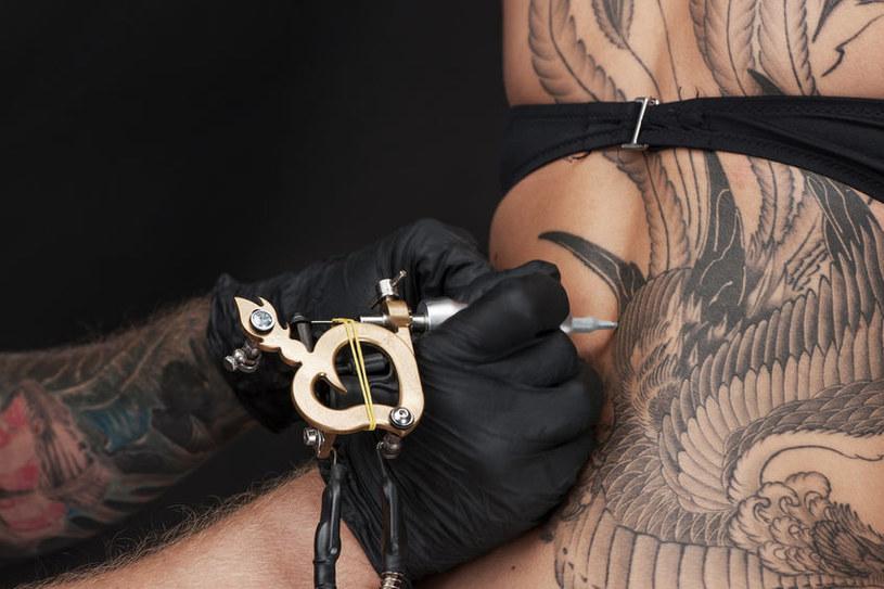 Tatuaż w pobliżu kręgosłupa może być bolesny dla osób szczupłych /123RF/PICSEL