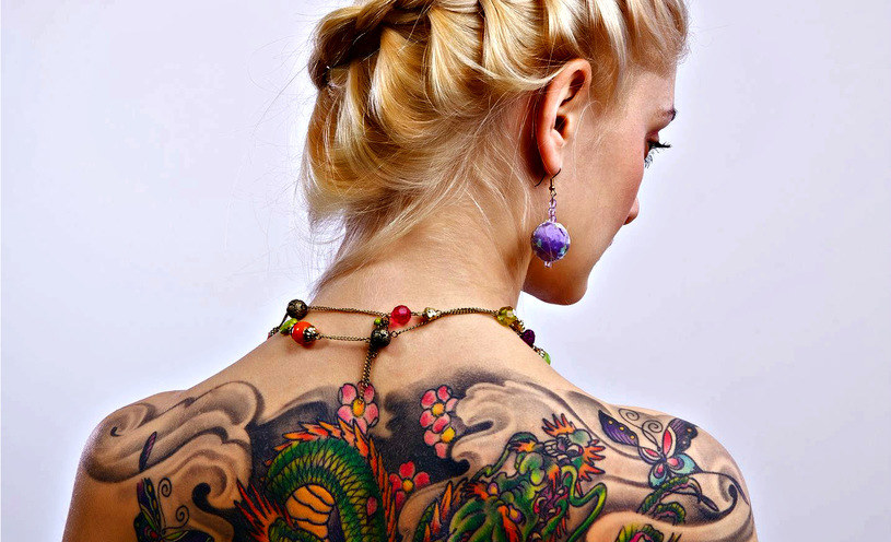 Tatuaże są obecnie bardzo modne - warto wiedzieć o zagrożeniach z nimi związanymi /123RF/PICSEL