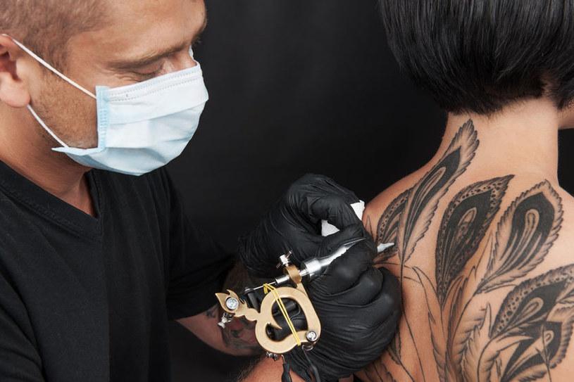 Tatuowanie ciała może być bolesnym zabiegiem /123RF/PICSEL