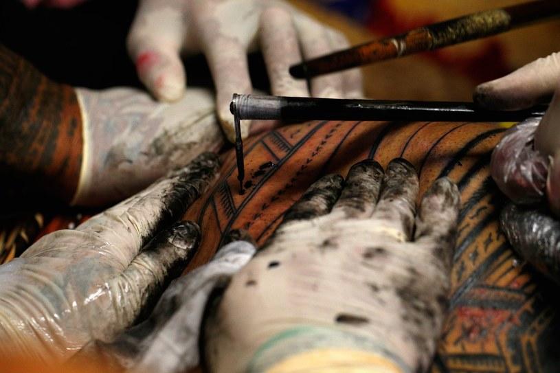 Tatuowanie tradycyjnymi metodami /Getty Images/Flash Press Media