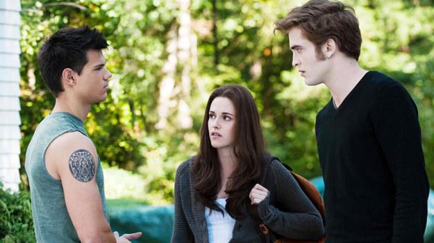 """Taylor Lautner, Kristen Stewart i Robert Pattinson w scenie z filmu """"Saga 'Zmierzch': Zaćmienie"""" /materiały dystrybutora"""