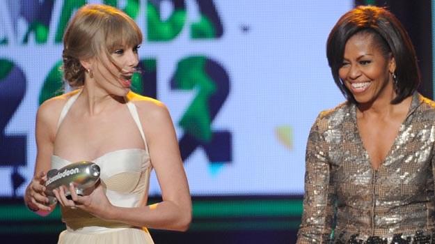 Taylor Swift odebrała z rąk Michelle Obamy statuetkę za swoją działalność charytatywną - fot.K.D. /Getty Images/Flash Press Media