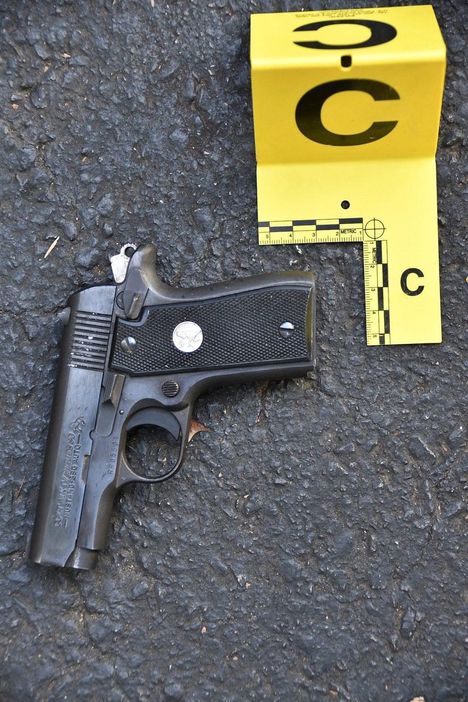 Tę broń, jak twierdzi policja, znaleziono przy zastrzelonym mężczyźnie /CHARLOTTE POLICE DEPARTMENT /PAP/EPA