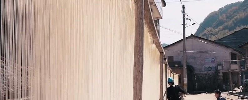Te długie jasne sznurki to tradycyjne chińskie kluski /INTERIA.PL/materiały prasowe