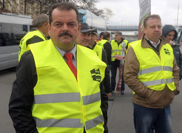 - Te dwieście złotych rząd może sobie między bajki włożyć - powiedział Sławomir Izdebski /Jan Bielecki /East News