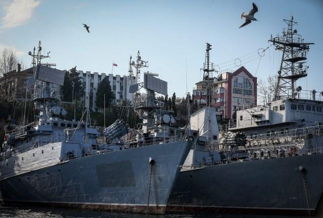 Te okręty stacjonujące w Sewastyopolu jeszcze kilka dni temu należały do Ukrainy /Sergei Ilnitsky /PAP/EPA