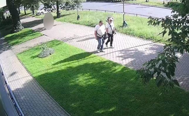 Te osoby - zdaniem policji - ukradły z samochodu medyczną aparaturę /Policja /Archiwum