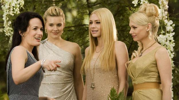 Te panie już wiedzą, jak wygląda suknia ślubna Belli Swan /materiały dystrybutora
