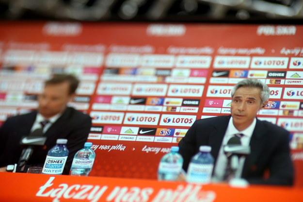 Team menedżer i rzecznik prasowy PZPN Jakub Kwiatkowski (L) oraz selekcjoner piłkarskiej reprezentacji Polski Paulo Sousa (P) na konferencji prasowej, podczas której ogłoszone zostały nazwiska 26 zawodników powołanych na zbliżające się mistrzostwa Europy