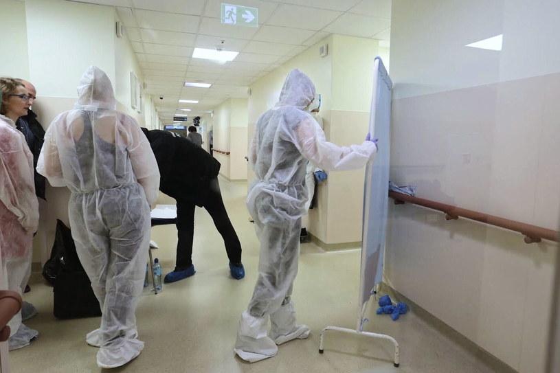 Technicy policyjni podczas pracy w szpitalu w Gdańsku /Marcin Gadomski /PAP
