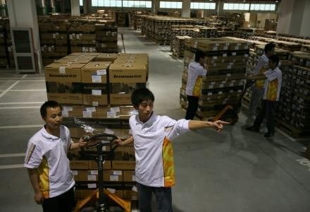 Technicy wyładowują sprzęt w centrum logistycznym /AFP