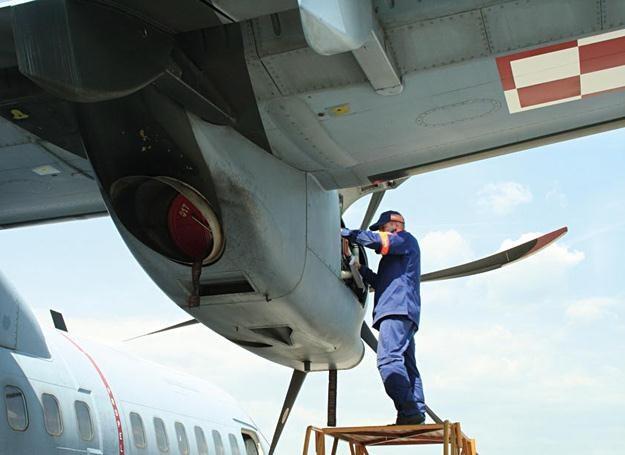 Technik przy silniku samolotu CASA C-295M /Polska Zbrojna
