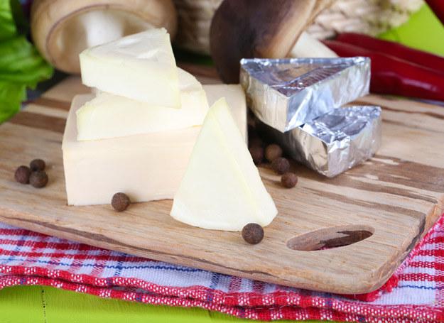 Technologia produkcji sera topionego wymaga stosowania dodatków chemicznych. /123RF/PICSEL