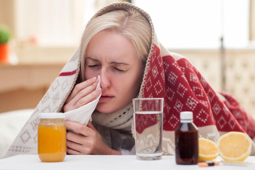 Tego nie rób, gdy dopadło cię przeziębienie /123RF/PICSEL