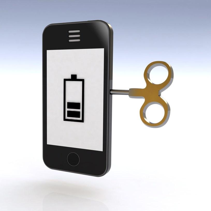 Tego pragniemy wszyscy - smartfon, którego nie trzeba ciągle ładować /123RF/PICSEL