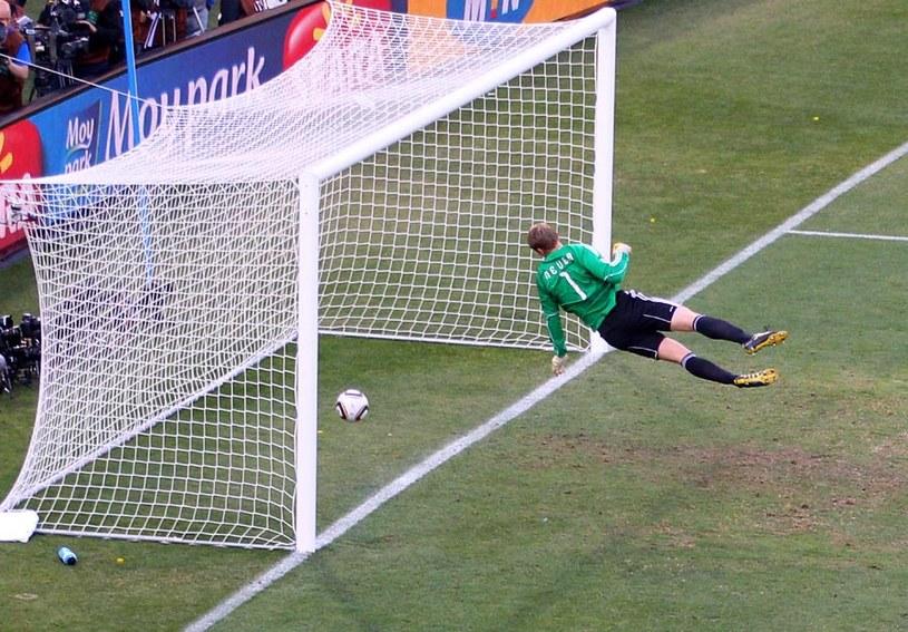 Tego strzału Franka Lamparda Manuel Neuer nie obronił, ale sędziowie gola nie uznali. To ma się zmienić. /Getty Images