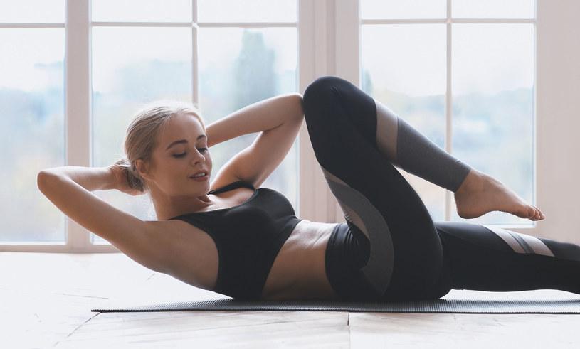 Tego typu brzuszki wzmocnią skośne mięśnie brzucha /123RF/PICSEL