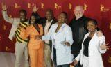 """Tegoroczni zwycięzcy, twórcy południowoafrykańskiego filmu """"U-Carmen e-Khayelitsha"""" /AFP"""