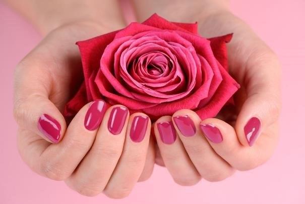 Tej wiosny na paznokciach królować będzie ciepły róż /123RF/PICSEL