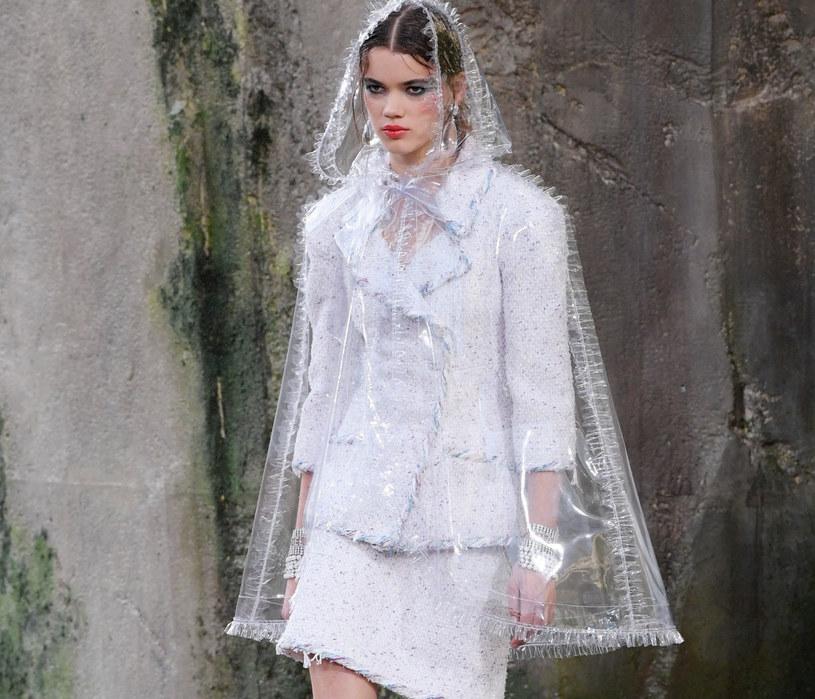 Tej wiosny projektanci postanowili jednak poszerzyć zainicjowany zimą futurystyczny trend wprowadzając na wybiegi nowe elementy garderoby wykonane z plastiku /East News