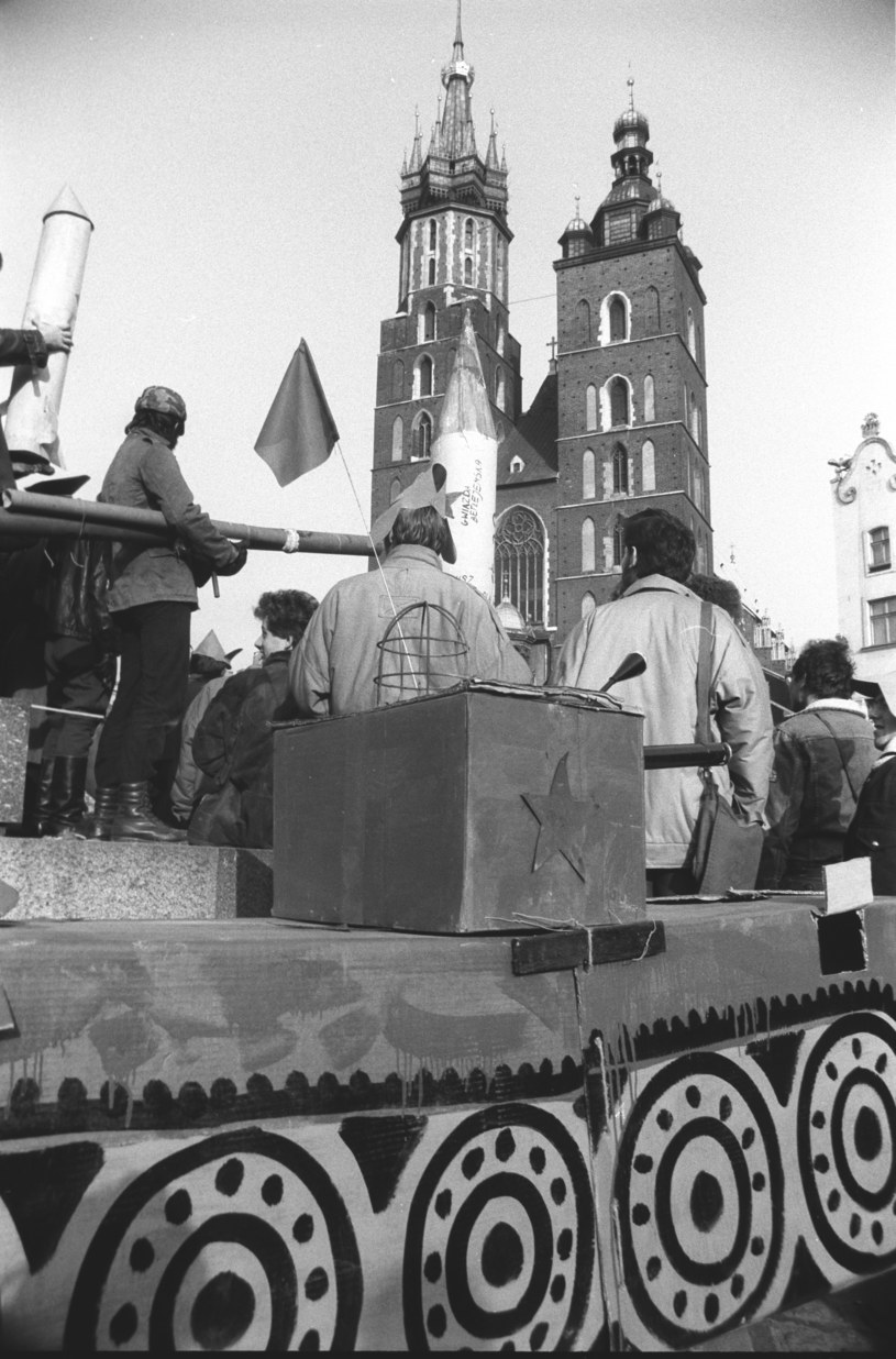 Tekturowy czołg z symbolem Armii Czerwonej przed kościołem Mariackim - happenning krakowskich studentów 23 lutego 1989 r. /Andrzej Stawiarski /Archiwum autora