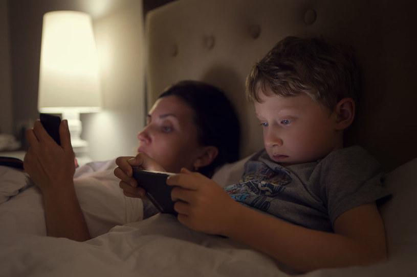 Telefon i dzieci /©123RF/PICSEL
