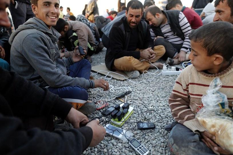 Telefon komórkowy okaże się nowym sposobem ustalania tożsamości uchodźców? /AFP