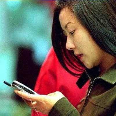 Telefon nie służy tylko do rozmawiania... /AFP