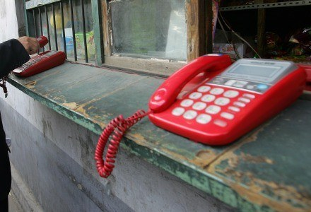 Telefon stacjonarny - czy to już absolutny przeżytek? /AFP