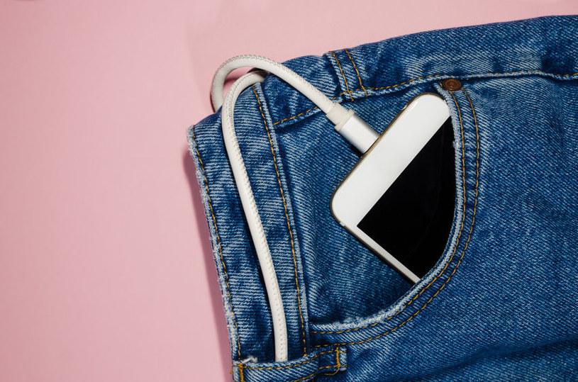 Telefon w kieszeni /©123RF/PICSEL