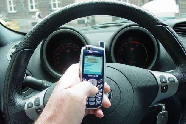 Telefon w samochodzie to problem /INTERIA.PL