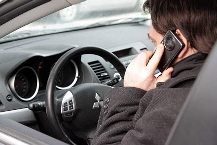 Telefonu nie wolno trzymać w ręce /INTERIA.PL