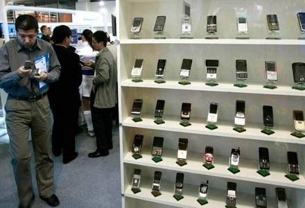 Telefony komórkowe posiada już 2/3 światowej populacji. /AFP