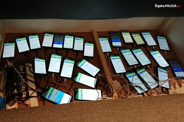 Telefony, którymi posługiwali się oszuści /Policja