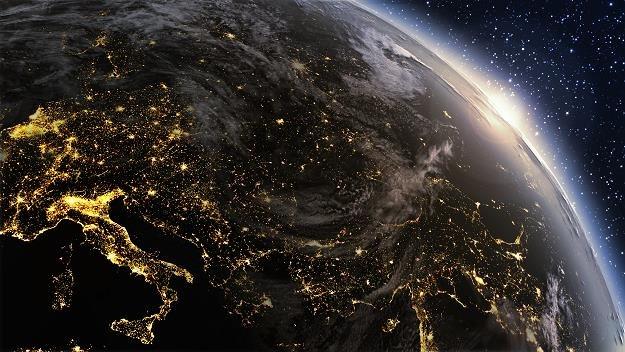 Telewizja satelitarna wciąż ma się dobrze /©123RF/PICSEL