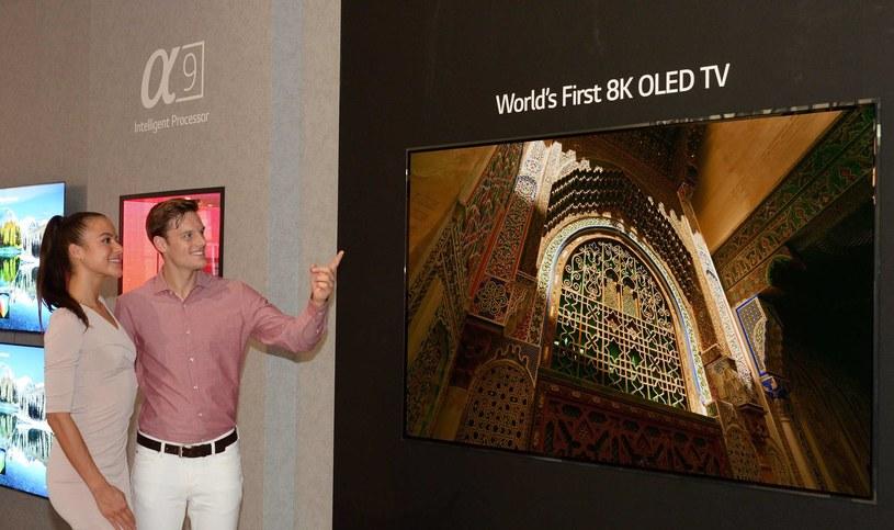 Telewizor QLED  8K marki LG /materiał zewnętrzny