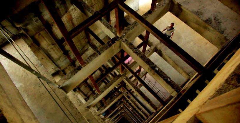Ten budynek to niedokończona budowa. Jego wnętrze jest bardzo niebezpieczne /Ramón Iriarte / Vocativ /YouTube