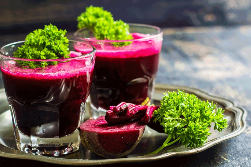 Ten czerwony napój pomaga także w chorobach serca i nadciśnieniu. /123RF/PICSEL