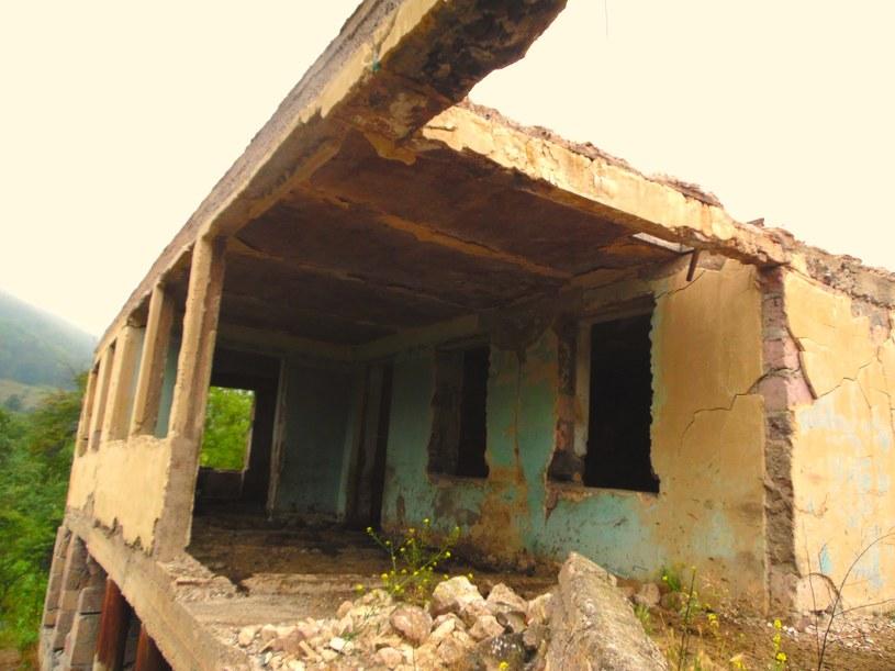 Ten dom, leżący niedaleko linii frontu został zamieniony na stajnię. Po drugiej stronie jezdni znajdował się zbombardowany cmentarz /S. Zagórski /INTERIA.PL