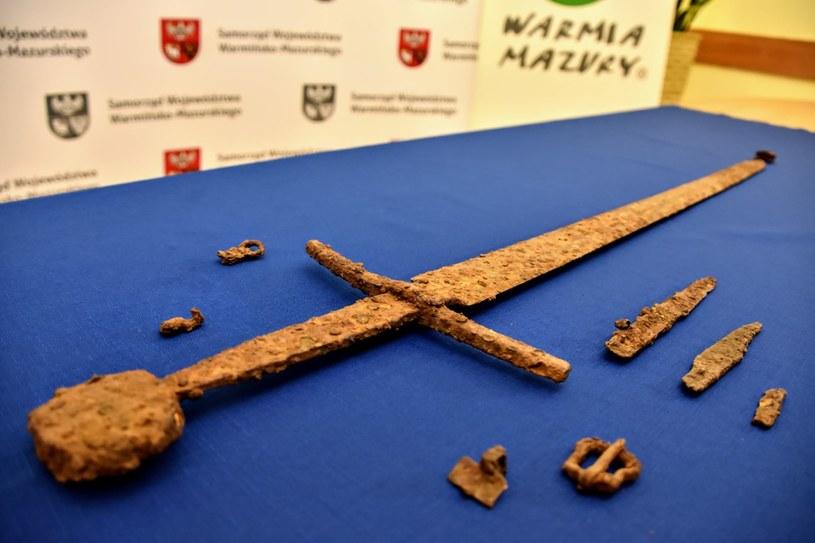 Ten fenomenalny zestaw w postaci miecza, pochwy, pasa i dwóch noży przeleżał w ziemi ok. 600 lat - komentuje znalazca. /Facebook /