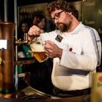 Ten gość wie, jak dobrze nalać piwo...