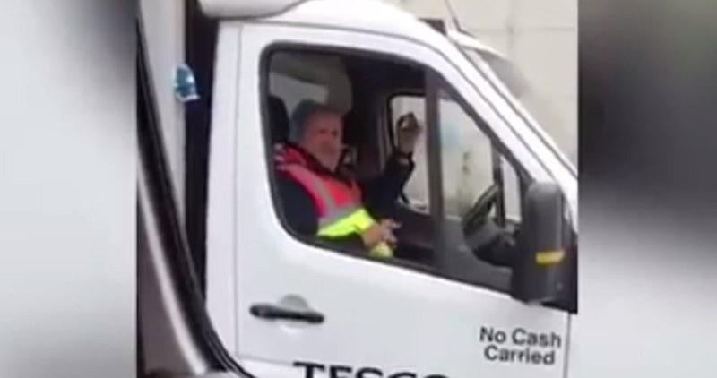 Ten kierowca okazał się być niezwykle muzykalnym gościem! /youtube hero /YouTube